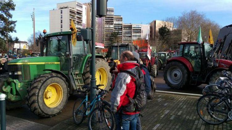 Des tracteurs arrêtés lors d'une manifestation contre l'aéroport Notre-Dame-des-Landes à Rennes (Ille-et-Vilaine), samedi 16 janvier 2016. (NICOLAS DALAUDIER / FRANCE 3 BRETAGNE)