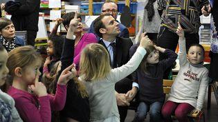 Emmanuel Macron en visite à l'école Dombrowski, à Lille (Nord), le 24 janvier 2017. (SARAH ALCALAY/SIPA)