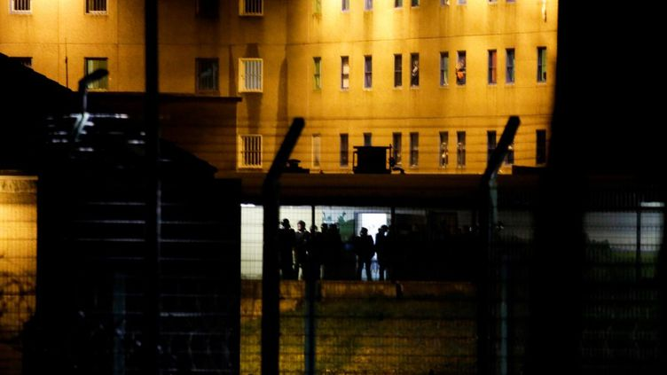 Les équipes régionales d'intervention et de sécurité devant le centre de détention d'Uzerche, le 22 mars 2020. (PASCAL LACHENAUD / AFP)