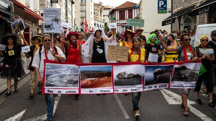 Des opposants au G7 manifestent contre l'organisation du sommet, le 13 juillet 2019 à Biarritz (Pyrénées-Atlantiques). (JEROME GILLES / NURPHOTO / AFP)