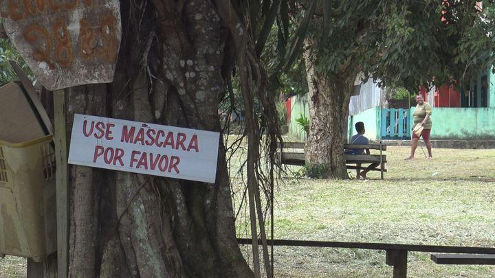 """""""Portez un masque"""", indique ce panneau, mercredi 14 avril 2021. Malgré la propagation du variant brésilien du coronavirus, les autorités brésiliennes n'ont pas mis en place de nouvelles restrictions, ni de confinement. (GILLES GALLINARO / RADIO FRANCE)"""