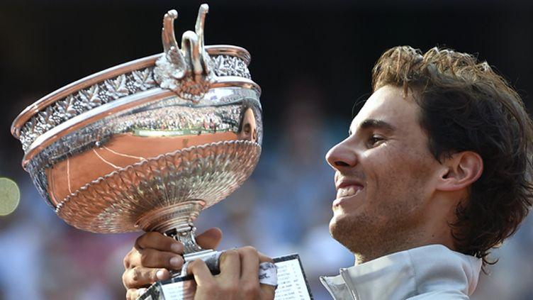 Rafael Nadal soulève le trophée de Roland-Garros pour la 9e fois (MIGUEL MEDINA / AFP)