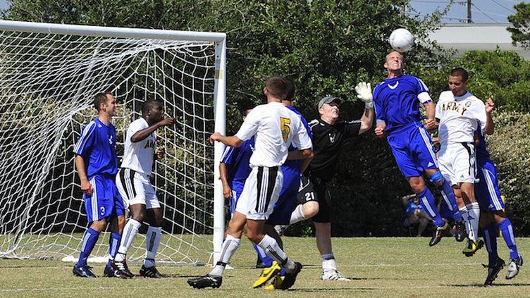En Ecosse, les têtes au football bientôt interdites pour prévenir les risques de démence ? (Crédit photo : ©Pixabay)