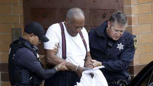 Bill Cosby escorté par des policiers après avoir pris connaissance de sa condamnation (25 septembre 2018)  (Jacqueline Larma / AP / Sipa)