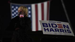 Une supportrice du candidat démocrate Joe Biden regarde les résultats de l'élection américaine sur un écran géant devant le Chase Center de Wilmington dans le Delaware, le 4 novembre 2020 (photo d'illustration). (ROBERTO SCHMIDT / AFP)