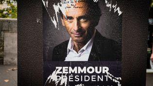 Un affiche d'Eric Zemmour à Paris, le 11 septembre 2021. (AMAURY CORNU / HANS LUCAS / AFP)