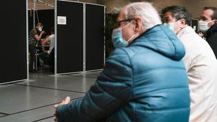 Un centre de vaccination dans le 20e arrondissement de Paris, le26 mai 2021. (JEANNE FOURNEAU / HANS LUCAS / AFP)