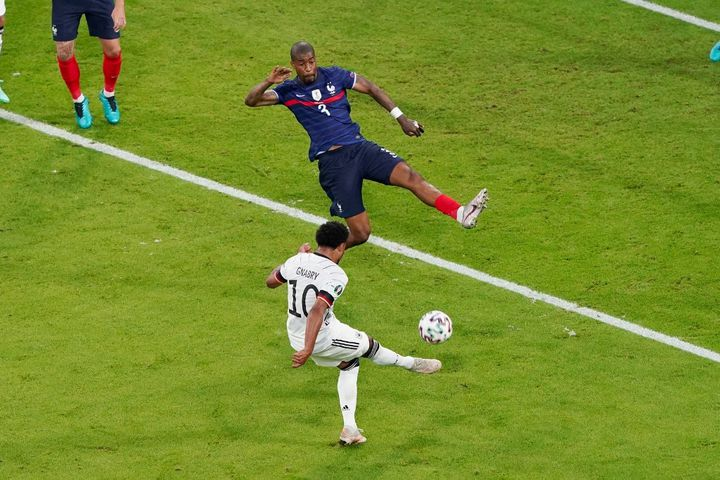 Presnel Kimpembe (en bleu), lors du match face à l'Allemagne, le 15 juin 2021,à l'Allianz Arena (Munich). (ANDRE WEENING / AFP)