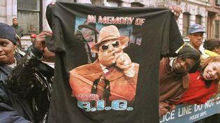 Un fan exhibe un T.Shirt à la mémoire de Notorious B.I.G le long de la procession funéraire du rappeur assassiné en 1997  (JON LEVY / AFP)