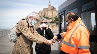 Le port du masque avait déjà été rendu obligatoire pour les ponts du mois de mai. Le Mont-Saint-Michel, Normandie, le 12 mai 2020. (LOU BENOIST / AFP)