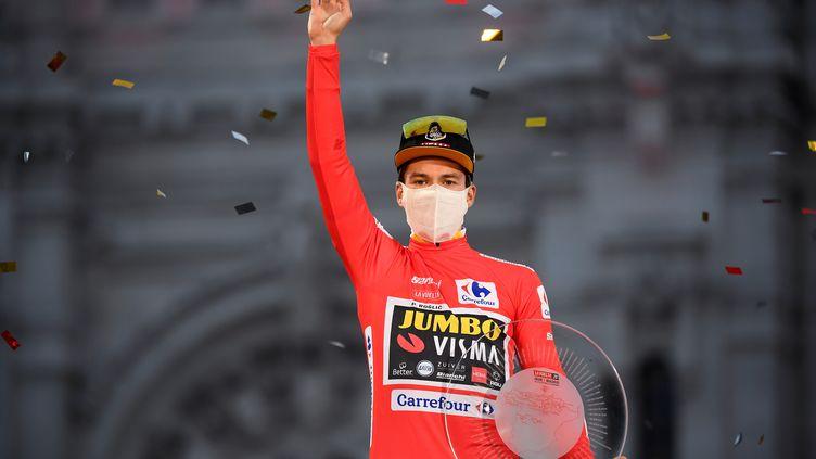 Primoz Roglic sur le podium de la Vuelta. (OSCAR DEL POZO / AFP)
