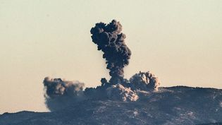 D'énormes panaches de fumée s'élèvent dans le ciel après des frappes turques sur les positions desUnités de protection du peuple (YPG) en Syrie, près de la frontière avec la Turquie, le 20 janvier 2018. (BULENT KILIC / AFP)