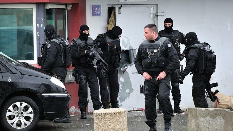 Des policiers devant la prison de Sequedin (Nord), après l'évasion de Redoine Faïd, figure du grand banditisme, le 13 avril 2013. (PHILIPPE HUGUEN / AFP)