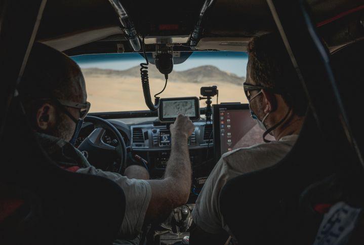 A bord d'une voiture de l'organisation, lors des reconnaissances du Dakar 2021