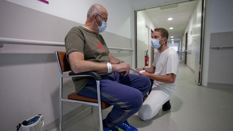 Un patient sorti de réanimation est pris en charge par le personnel d'un centre de réhabilitation, à Briançon (Hautes-Alpes), le 6 mai 2021. (THIBAUT DURAND / HANS LUCAS / AFP)