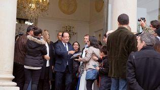 François Hollande accueille et salue des visiteurs à l'Élysée, samedi 14 septembre 2013  (Lionel Bonaventure / AFP)