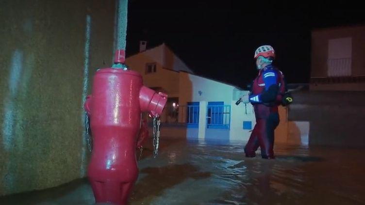 À Rivesaltes et à Claira (Pyrénées-Orientales), les pompiers sont intervenus à plusieurs reprises pour évacuer des familles dans la nuit du mercredi 22 au jeudi 23 janvier. (FRANCE 2)