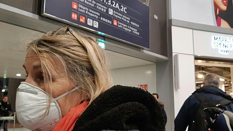 Des passagers du vol Wuhan-Paris CDG, jeudi 23 janvier, dernière liaison aérienne avant la mise en quarantaine de la ville,foyer de l'épidémie du coronavirus. (BENJAMIN  ILLY / FRANCEINFO / RADIO FRANCE)