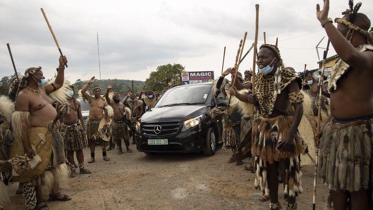Des Zoulous escortent le corbillard qui transporte le roiGoodwill Zwelithini, le 17 mars 2021. (PHILL MAGAKOE / AFP)