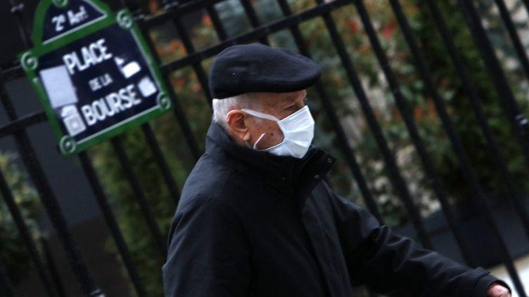 Un homme portant un masque contre le coronavirus, place de la Bourse, à Paris, le 10 mars 2020. (MEHDI TAAMALLAH / NURPHOTO / AFP)