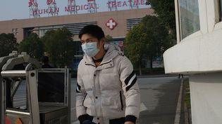 Un habitant quittant le centre médical de Wuhan (Chine), le 12 janvier 2020. (NOEL CELIS / AFP)