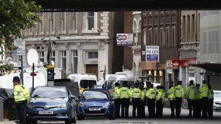 Des policiers britanniques, le 6 juin 2017, dans le secteur du London Bridge, à Londres (Royaume-Uni), trois jours après un attentat. (ODD ANDERSEN / AFP)