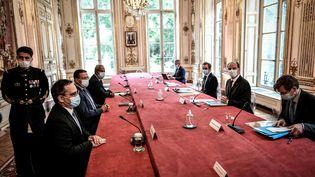 Le Premier ministre Jean Castex rencontreles délégations d'élus calédoniens à Paris, le 26 mai 2021. (STEPHANE DE SAKUTIN / AFP)