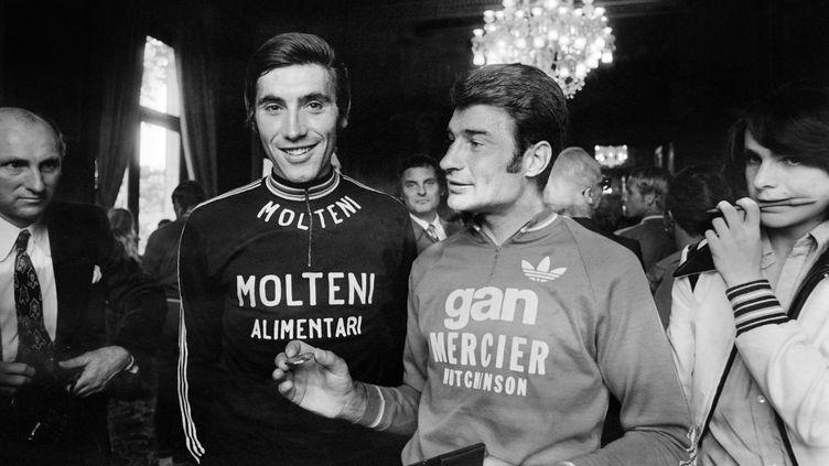 Eddy Merckx, à gauche, et Raymond Poulidor, à droite, à l'Hôtel de Ville de Paris, le 22 juillet 1974. (AFP)