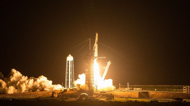 La fusée Falcon 9 de SpaceX transportant l'équipage d'Inspiration4 décolle de l'aire de lancement 39A du Centre spatial Kennedy de la NASA à Cap Canaveral, en Floride, le 15 septembre 2021. (CHANDAN KHANNA / AFP)