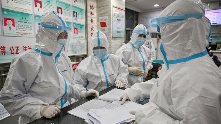 Des membres du personnel médical de l'hôpital de Wuhan (Chine), le 25 janvier 2020, pendant l'épidémie de coronavirus. (HECTOR RETAMAL / AFP)