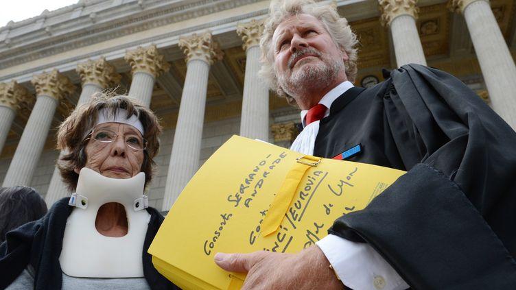 La veuve deJosé Francisco Andrade pose aux côtés de son avocat Me Jean-Jacques Rinck, le 21 septembre 2012, devant le tribunal de Lyon (Rhône). (PHILIPPE DESMAZES / AFP)