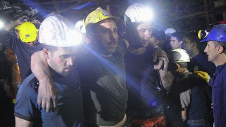 Un mineur blessé est emmené vers une ambulance après avoir été évacué de la mine de charbon de Soma le 14 mai 2014. (Reuters - Emre Tazegul)
