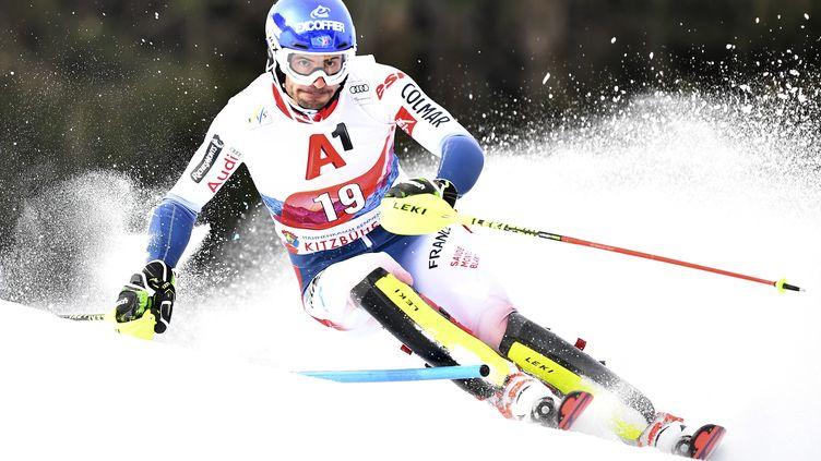 Jean-Baptiste Grange à l'epruve du slalom à Kitzbuehel (Autriche), le 26 janvier 2020. (JOE KLAMAR / AFP)