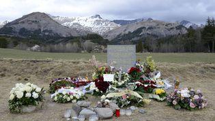 La stèle à la mémoire des victimes du crash de l'A320 de Germanwings, photographiée le 4 avril 2015 au Vernet (Alpes-de-Haute-Provence). (FRANCK PENNANT / AFP)