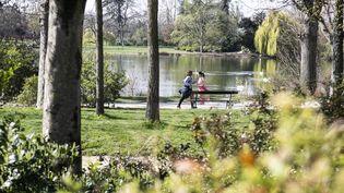 Des personnes font du sport dans le bois de Vincennes (Paris) pendant le confinement, le 19 mars 2020. (YANN CASTANIER / HANS LUCAS / AFP)