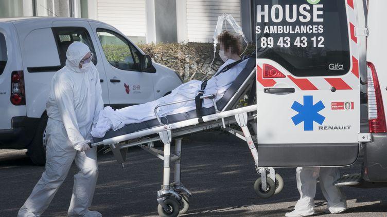 Un patient atteint du Covid-19 transporté dans une ambulance aux urgences de Mulhouse (Haut-Rhin), le 24 mars 2020. (SEBASTIEN BOZON / AFP)