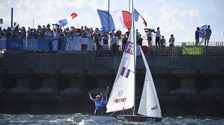 Camille Lecointre et Aloïse Retornaz célèbrent leur médaille de bronze en 470, le 4 août dans la baie d'Enoshima. (OLIVIER MORIN / AFP)
