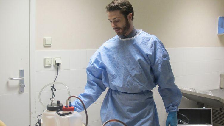 Axel Trois-Poux est thanatopracteur depuis cinq ans, il restaure le corps des défunts avant leurs funérailles. (ELISE LAMBERT/FRANCE TV INFO)