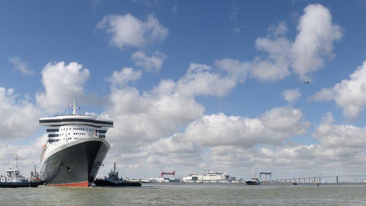 Le Queen Mary II à Saint-Nazaire, le 24 juin 2017, à la veille de la course transatlantique The Bridge opposant le paquebot à quatre voiliers. (JEAN-SEBASTIEN EVRARD / AFP)