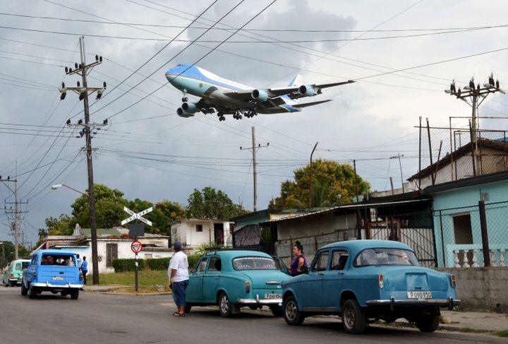 Le Boeing 747 Air Force One survole un quartier de La Havane (Cuba) avant d'atterrir à l'aéroport international, le 20 mars 2016. (ALBERTO REYES / REUTERS)