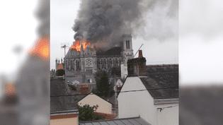Un incendie ravage une basilique de Nantes, le 15 juin 2015. (MAXIME CLAVAL / TWITTER)