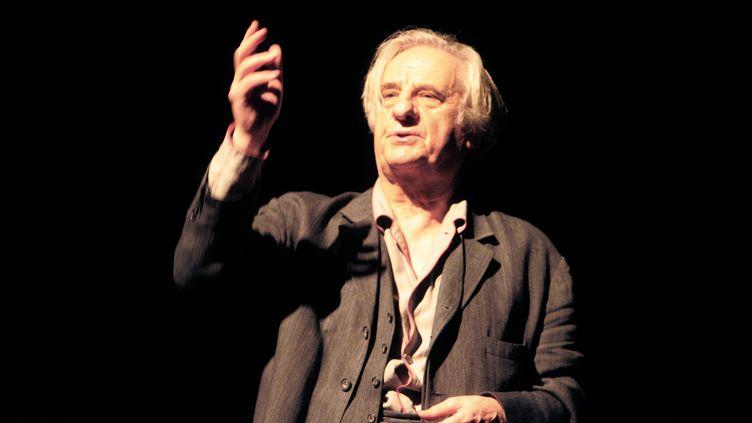 """Michel Aumont au théâtre de l'Oeuvre à Paris en 2007, lors d'une répétition de la pièce """"A la porte"""". (MEHDI FEDOUACH / AFP)"""