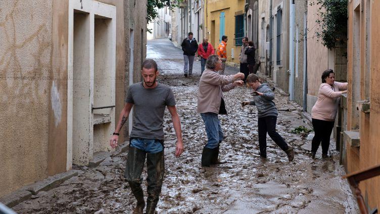 Des habitants de Trèbes (Aude) dans les rues de la ville, le 16 octobre 2018. (ERIC CABANIS / AFP)