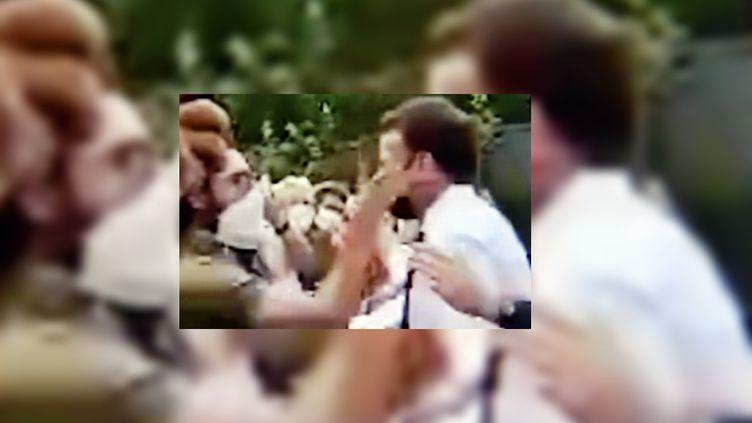 Un homme gifle le président de la République, Emmanuel Macron, lors d'un déplacement à Tain-l'Hermitage (Drôme), le 8 juin 2021. (MAXPPP)