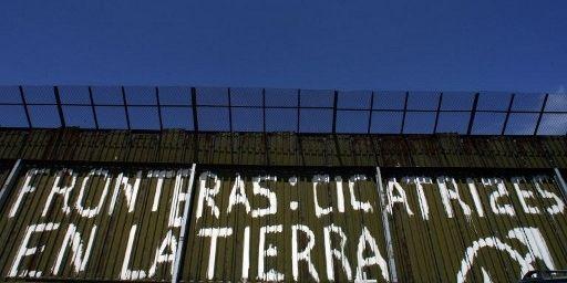 Graffiti sur le mur de séparation entre le Mexique et les Etats-Unis. (OMAR TORRES / AFP)