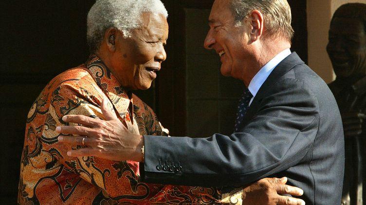 Jacques Chirac et Nelson Mandela à Johannesburg, le 2 septembre 2002 (PATRICK KOVARIK / AFP)