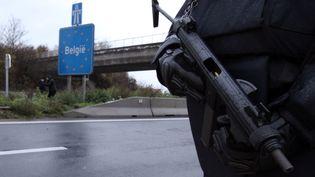 Un policier lors d'un contrôle à la frontière entre la France et la Belgique, le 14 novembre 2015. (THIERRY THOREL / AFP)