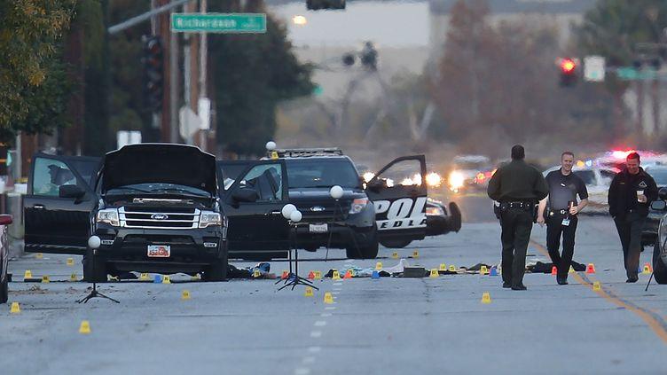 Deux jours après les faits, les autorités fouillentle véhicule dans lequelles auteurs de la tuerie de San Bernadino (Etats-Unis) ontété tués, vendredi 4 décembre 2015. (JOE RAEDLE / GETTY IMAGES NORTH AMERICA / AFP)