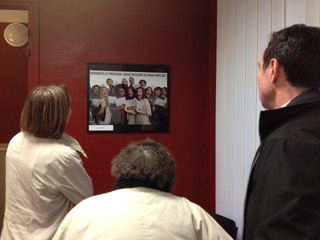 Des visiteurs devant une photographie de William Klein (NG)