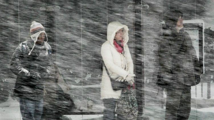 Des usagers attendent un bus à Chicago sous une tempête de neige, le 02 février 2011 (AFP/SCOTT OLSON)